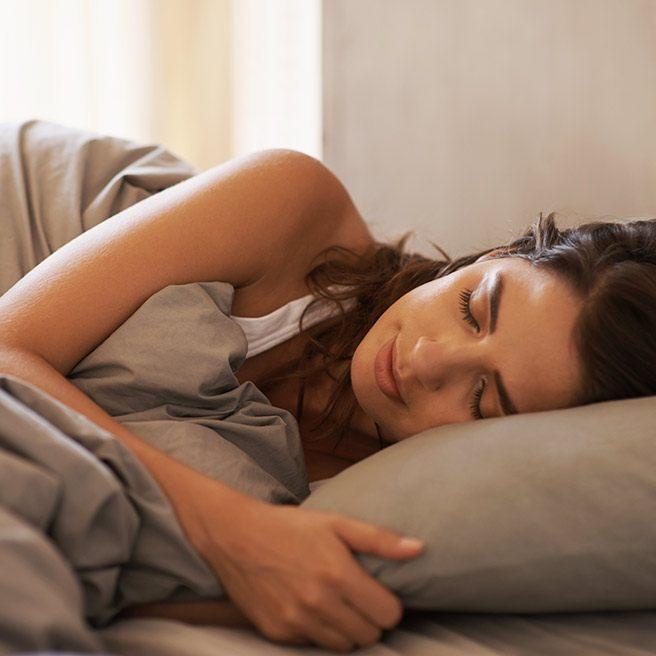 Weibliche Person schläft | Tiger Balm