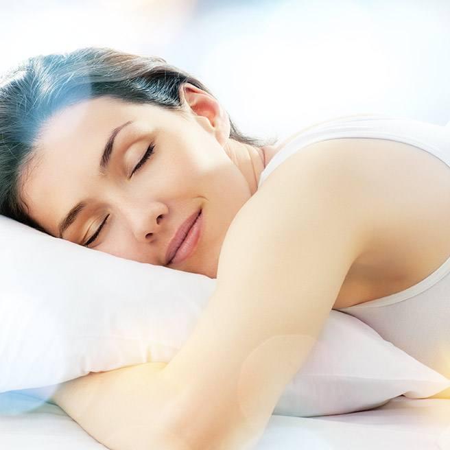 Weibliche Person schläft auf dem Sofa | Tiger Balm