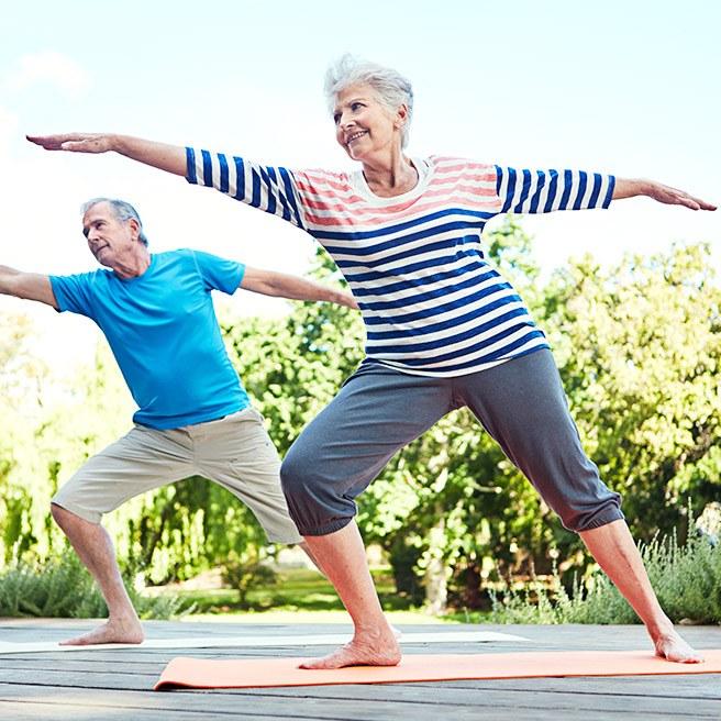 Senioren beim Dehnen | Tiger Balm