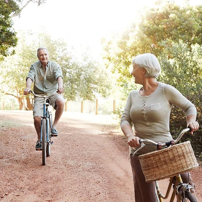 Älteres Paar auf Fahrrädern | Tiger Balm