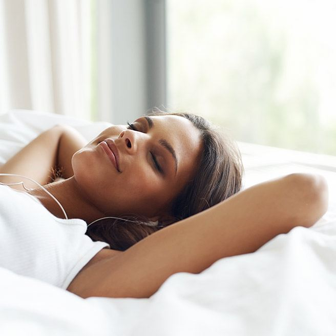 Weibliche Person schläft entspannt | Tiger Balm