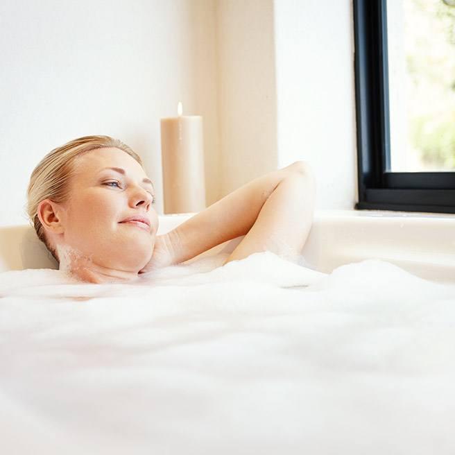 Weibliche Person genießt ein Entspannungsbad | Tiger Balm