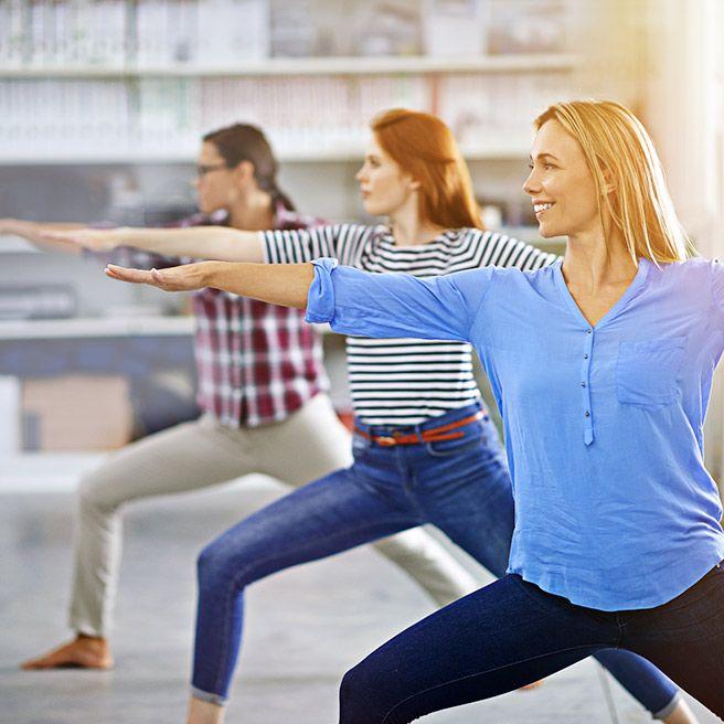 Gruppe macht Yoga | Tiger Balm