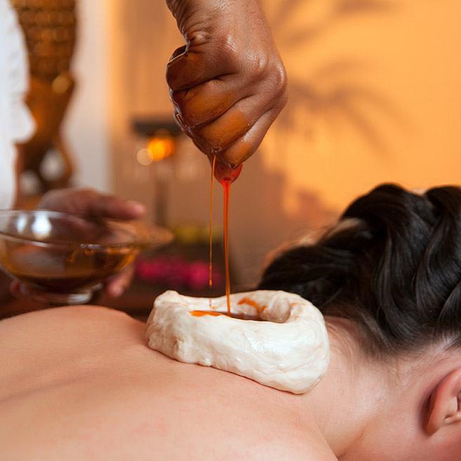 Frau bekommt Ayurveda Massage | Tiger Balm