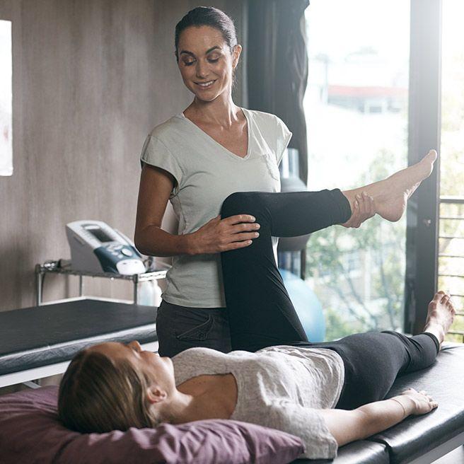 Frau bei der Physiotherapie | Tiger Balm
