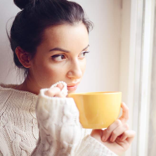 Frau trinkt Tee | Tiger Balm