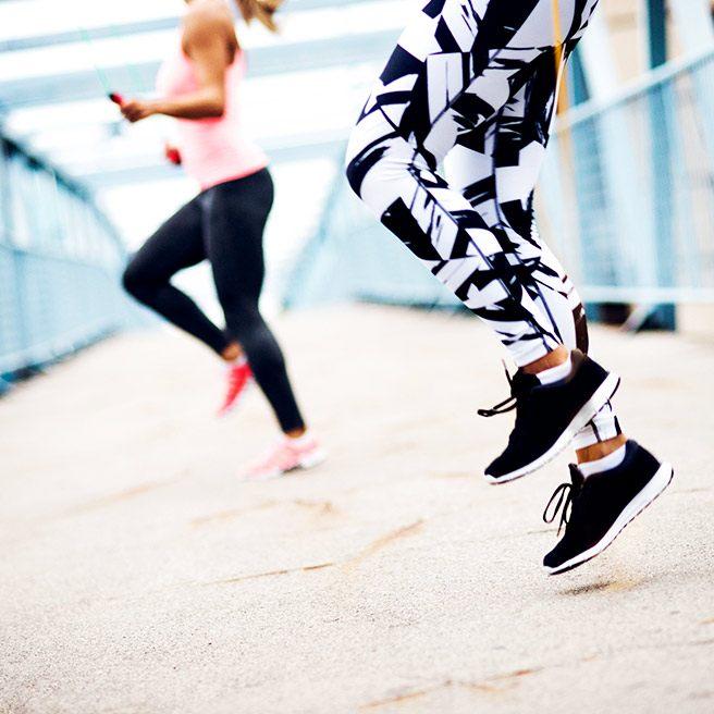 Zwei Personen springen | Tiger Balm